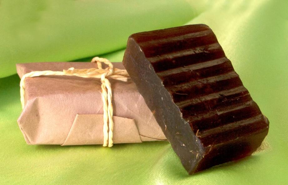 Дегтярное мыло: польза для кожи и волос, вред и противопоказания