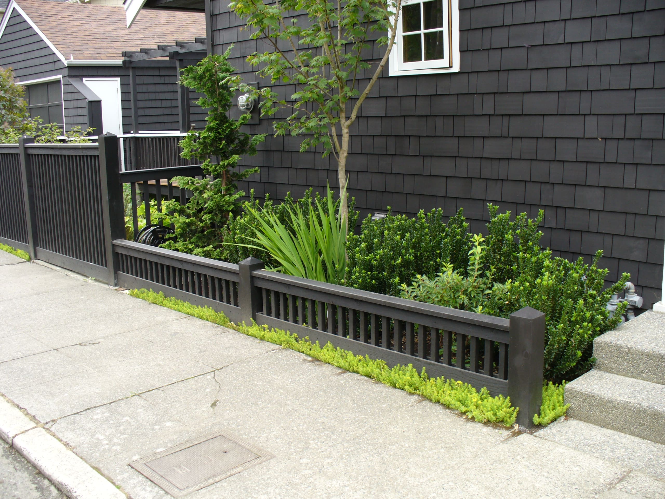 шармом обладают забор возле дома фото кирпича считаются популярным