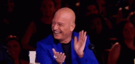 Гифка аплодисменты мужчины в синем пиджаке