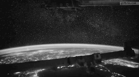 Гифка, сделанная из реальной видеозаписи полета над землёй.