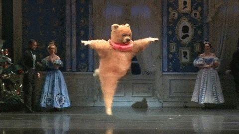 Гифка танцуют в медвежьем костюме