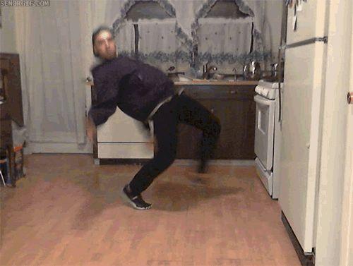 Гифка танцует парень на кухне