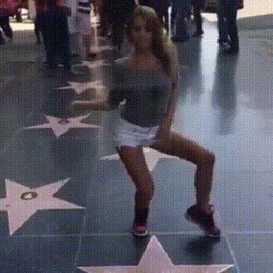 Гифка танцует девушка на аллее звезд