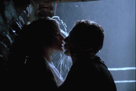Страстная гифка, где пара целуется под дождем