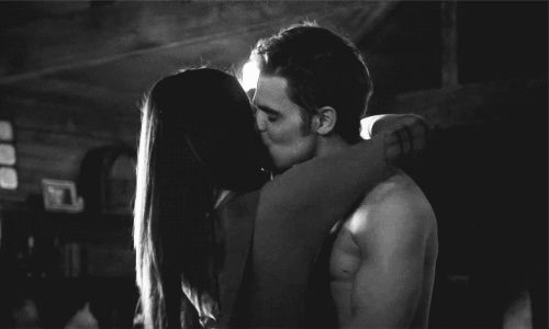 пара целуется на гиф