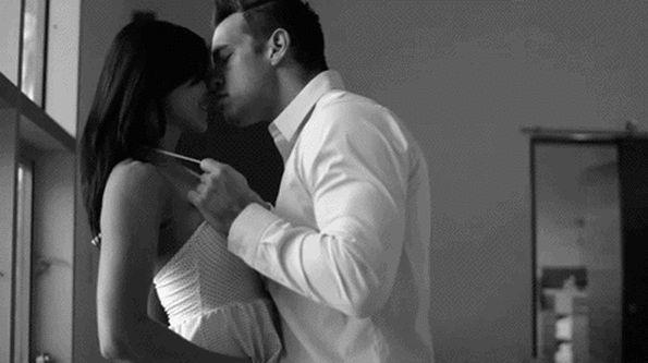 гифка пара страстно целуется