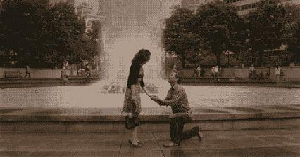 парень завязывает шнурки у фонтана gif любовь