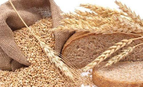 Зерно в мешке и хлеб