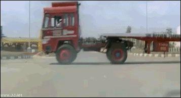 проскользил на лошади под грузовиком