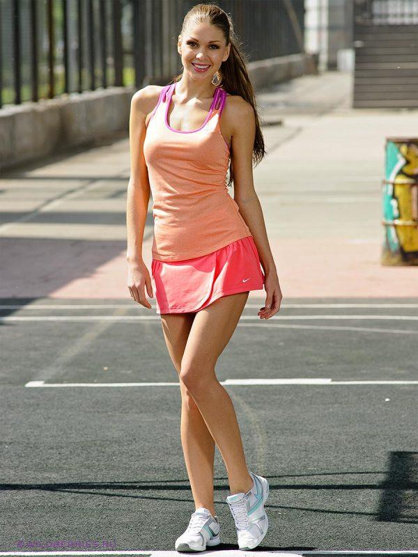Красивая девушка теннисистка