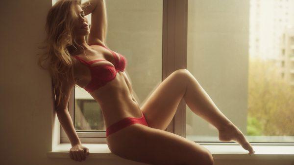 Красивая девушка в красном