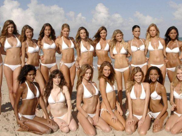 Красивая девушка в белом бикини на пляже