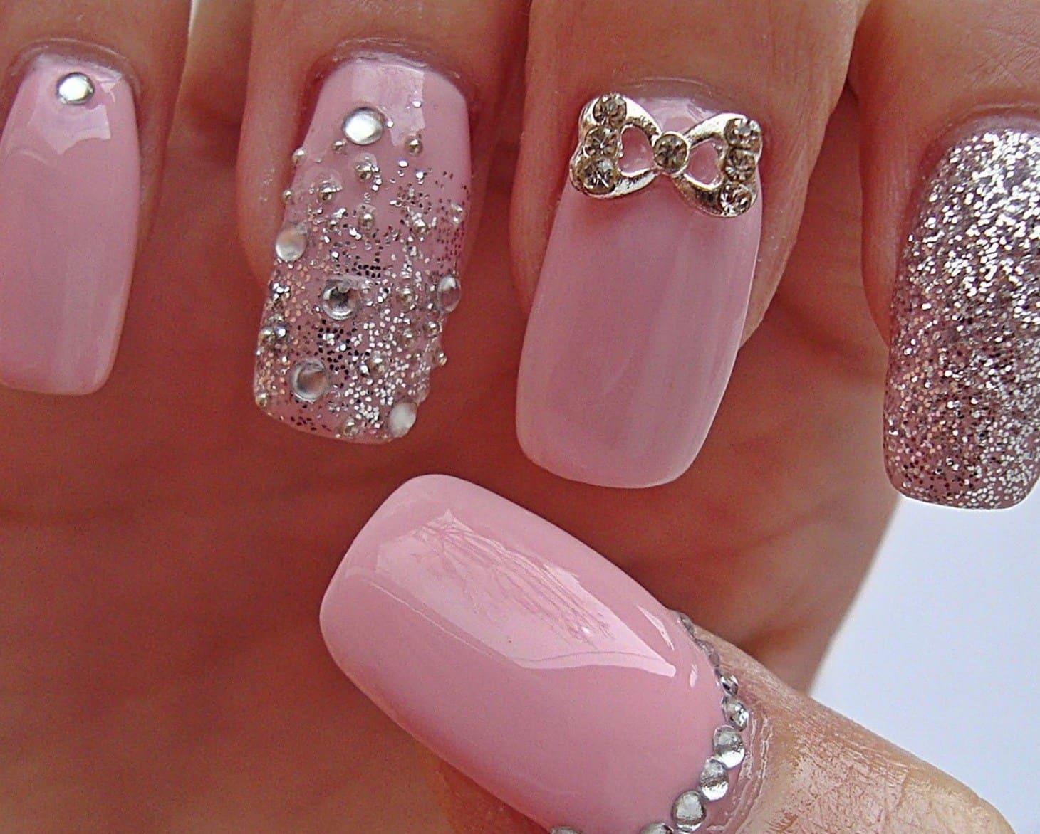 В процессе дизайна ногтей специалисты ногтевого сервиса используют разные материалы — это хрустальные, стеклянные, акриловые камни, а также элементы из пластика и циркония.