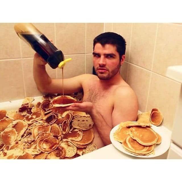 прикол парень принимает ванну из блинов
