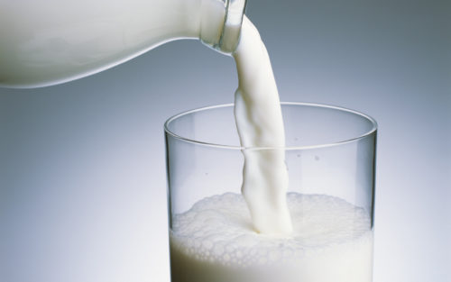 Наливают молоко в стакан