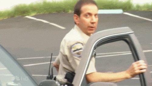 Полицейский задевает свое лицо дверью автомобиля