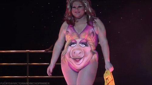 Ржачная гифка купальник со свиньей