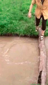 Ржачная гифка девушка падает в реку