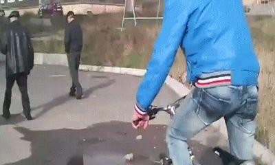 Ржачная гифка с падающим велосипедистом