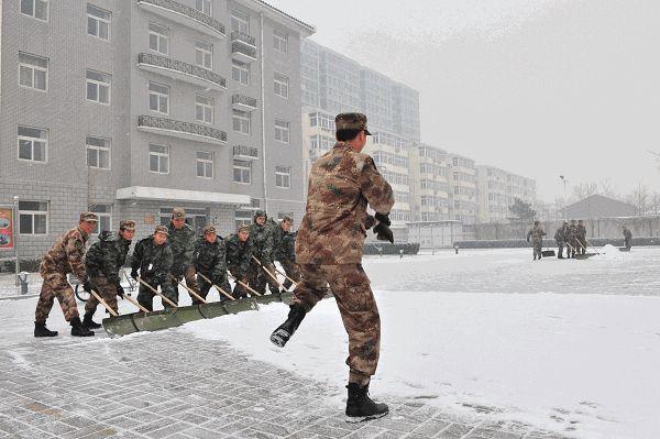 Ржачная гифка солдаты убирают снег