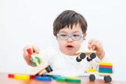 Ребенок играет с игрушками