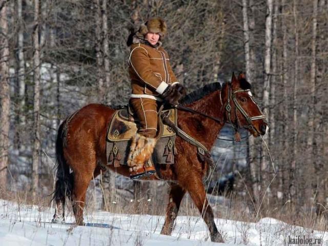Путин едет верхом на лошади