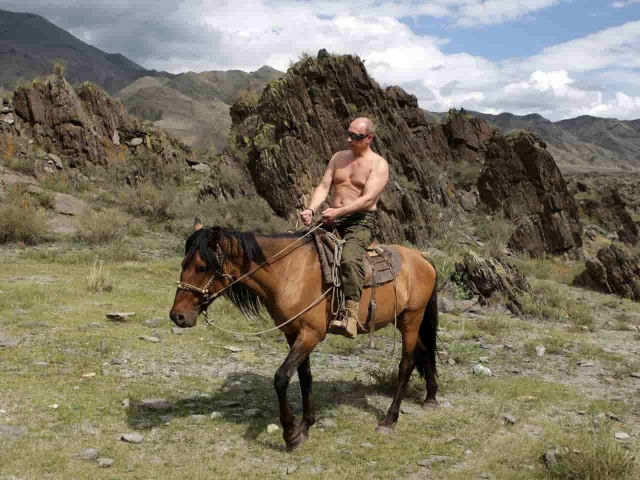 Путин верхом на лошади в горах
